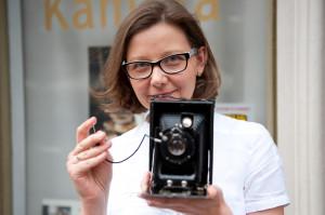 Anna Bednarek, wnuczka Pawła Sobkowskiego z prawdopodobnie jedyny zachowanym egzemplarzem przedwojennego aparatu Widok.