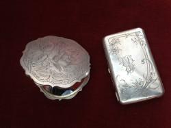 Srebrna pudernica z okresu międzywojennego - 500 zł, obok srebrna papierośnica z carskiej Rosji - 900 zł