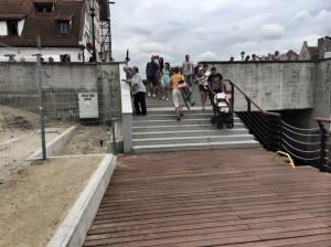 Przy zejściu na nabrzeże tuż przy Moście Zielonym sprawdziłaby się rampa lub winda dla niepełnosprawnych, rowerzystów czy rodziców z wózkami.