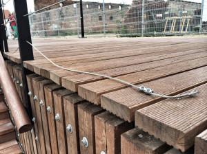 Uszkodzona linka barierek chroniących pieszych przed wpadnięciem do Motławy.