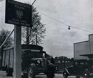 Polski posterunek celny - mały drewniany budyneczek postawiono tuż za przejazdem pod torami kolejowymi. Budynek posterunku gdańskiego stał po przeciwnej stronie drogi.