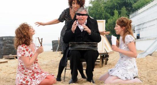 Felicja, Ester i Bianka nękają Józefa K. w mało wybredny sposób.