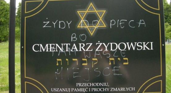 Nowo umieszczona tablica wzywająca do uszanowania pamięci pochowanych na cmentarzu, nie oparła się długo wandalom.