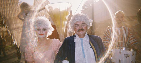 Zwycięska fotografia wykonana podczas sobotniej parady. Na zdjęciu widać rozszczepienie się światła, które pojawiło się dzięki specyfice jednorazowego aparatu.