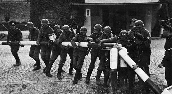 Niemieccy żołnierze wyłamują szlaban na przejściu granicznym w Kolibkach. Wykonane w połowie września 1939 r. miało rzekomo obrazować triumfalny pochód Wermachtu 1 dnia wojny.