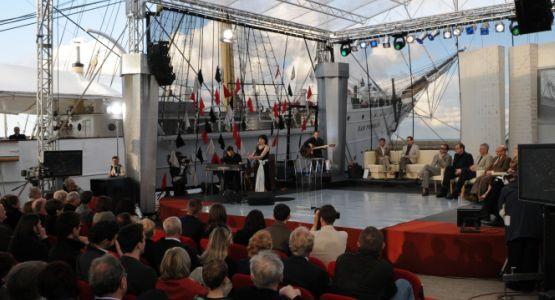 W ubiegłym roku na scenie plenerowej przy Darze Pomorza statuetki Nagrody Literackiej Gdynia za 2007 rok odebrali Adam Wiedemann, Marian Pankowski oraz Piotr Matywiecki. Laureatów Kostek Literackich za najlepsze książki 2008 roku poznamy w sobotę.