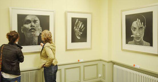 Wśród prac polskich artystów zobaczymy na wystawie m.in. hipnotyzujące, czarno- białe linoryty autorstwa Anny Gawlikowskiej
