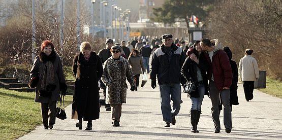 Choć z deptaka zniknęła mała gastronomia, spacerujących na promenadzie jest równie wielu jak dawniej.