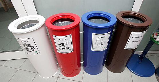 Pojemniki na segregowane odpady stoją w gdyńskim urzędzie. Jednak spółdzielnie mieszkaniowe wcale o takie nie zabiegają.