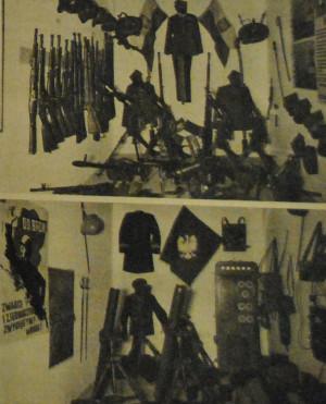 """Prezentowane na wystawie """"Dokumente zum Polenfeldzug"""" polskie dokumenty, uzbrojenie i mundury. Fotografia z periodyku """"Soldat im Weichselland"""" z 1940 r."""