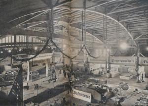 """Wnętrze hali z prezentowaną wystawą """"Unser Heer"""". Zdjęcie z czasopisma """"Soldat im Weichselland"""" z 1943 r."""