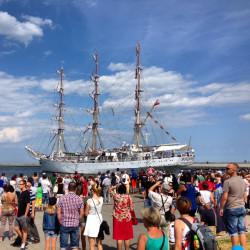 Widowiskowy powrót Daru Młodzieży do Gdyni z załogą na rejach.