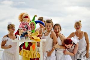Uwagę wszystkich dzieci (i nie tylko) przyciągała pacynka Frankie animowana przez Błazna (w premierowym spektaklu najlepsza aktorsko Ewa Bućko - po lewej stronie, na zdjęciu w kostiumie Błazna Marta Stanke).