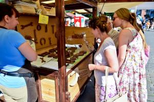 """""""Czekoladowy Warsztat"""", na którym można było kupić wykonane z czekolady narzędzia zwyciężył w konkursie na najbardziej pomysłowe stoisko na jarmarku."""