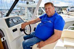 Bogusław Bober, szef firmy Scandinavia Bootsimport Poland, handluje prawie 20 lat łódkami. Dużo rozmawiał z ludźmi, którzy sugerowali mu przy wyposażeniu jachtu jakie są potrzeby na rynku.