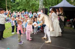 Stałym punktem festiwalu Mozartiana są spotkania edukacyjne dla najmłodszych. Podczas tegorocznej edycji z dziećmi spotkał się sam Mozart (Aleksy Perski) wraz z żona Konstancją (Mariola Kurnicka).