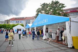 Targi Książki na Placu Przyjaciół Sopotu to jeden z najważniejszych elementów festiwalu Literacki Sopot, który w centrum Sopotu odbywał się w dniach 21-24 sierpnia.