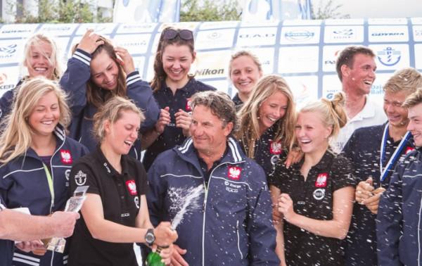 Ewa Romaniuk (z szampanem) wraz z Katarzyną Goralską w Volvo Gdynia Sailing Days zdobyły w klasie 420 kolejno tytuły: międzynarodowych mistrzyń Polski, mistrzyń Europy juniorek oraz młodzieżowych mistrzyń kontynentu.