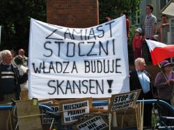Gdy prezydent Komorowski w 2010 roku wmurowywał kamień węgielny, nieopodal protestowali mieszkańcy Gdańska przeciwko podwyżkom czynszów.