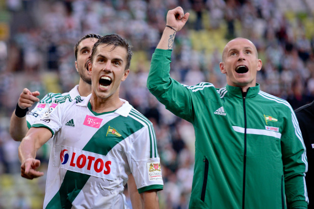 Marcin Pietrowski (z lewej) jest obecnie jedynym wychowankiem w kadrze pierwszej drużyny Lechii. Długi staż w gdańskim klubie mają w tym gronie jeszcze tylko: Mateusz Bąk (z prawej) i Piotr Wiśniewski.