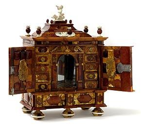 """Najcenniejszym obiektem w kolekcji, jaka trafi do Muzeum Bursztynu, jest kabinet bursztynowy, sygnowany """"Danzig, 28 Julius, Ao 1724, Johan George Zernebach""""."""