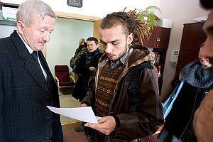 Studenci złożyli we wtorek na ręce prorektora ds. studenckich, Józefa Włodarskiego. Z dokumentami w ręku Mateusz Emeschajmer.