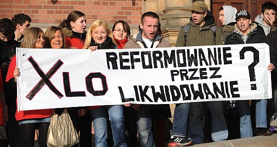 W czwartek pod budynkiem Rady Miasta uczniowie z X LO pikietowali przeciwko  likwidacji ich szkoły.