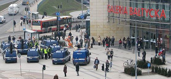 Zeszłotygodniowy alarm bombowy w Galerii Bałtyckiej wymusił ewakuację 6 tys. osób. Na miejsce przyjechało 100 policjantów, w tym 10 pirotechników.
