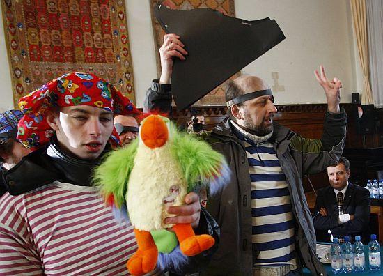 Pluszowa papuga miała symbolizować adwokata, który - zdaniem piratów - przyda się prezydentowi Karnowskiemu.