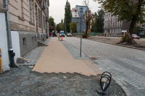 Ulica Dolna pierwotnie miała być pokryta identycznym chodnikiem, jak Łąkowa, ale zdecydowano się, że wykonana już nawierzchnia nie będzie zmieniana.