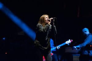 Beth Gibbons skupiona na śpiewie.