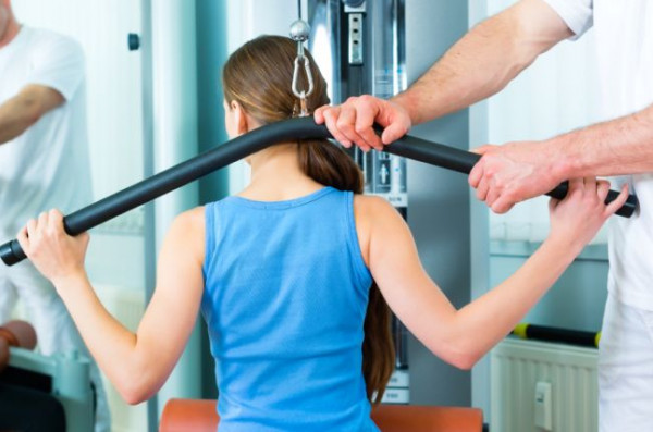 Ból kręgosłupa może lokalizować się na każdym jego odcinku: szyjnym, piersiowym, lędźwiowym, krzyżowym, guzicznym lub dawać objawy bólowe do kończyn. Często jedynym sposobem na to, by ból ustąpił jest rehabilitacja.