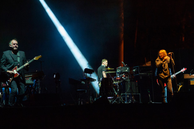 Rozedrgana gitara Adriana Utleya (po lewej) zapowiada nadejście głosu Beth Gibbons.