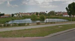 Młoda kobieta została spoliczkowana w biały dzień przez nieznanego jej mężczyznę, gdy przechodziła przez park przy ul. Platynowej.