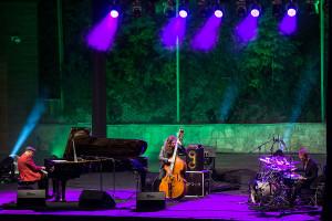 """Włodek Pawlik Trio wykonało kompozycje z wydanego w 2006 r. krążka """"Anhelli"""" oraz nagrodzonej Grammy płyty """"Night in Calisia""""."""
