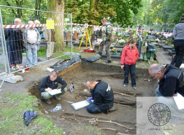 Wśród znalezionych w piątek szczątek były też należące do młodej kobiety z przestrzeloną czaszką.