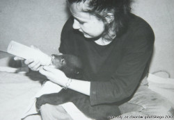 Niedźwiadek karmiony mlekiem z butelki przez opiekunkę Kornelię.