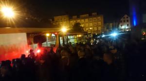 Autobus linii 101 musiał przedzierać się przez tłum kibiców