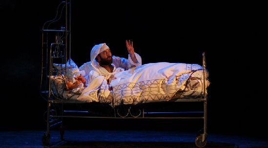 Tewje (Bernard Szyc) przywołuje zaświaty, aby przekonać małżonkę (Grażyna Drejska) do decyzji córki.