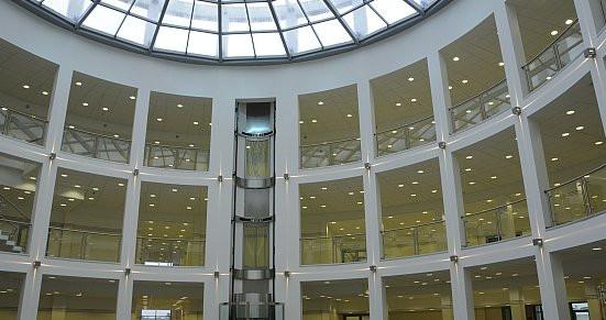Atrium nowego gmachu Wydziału Nauk Społecznych.