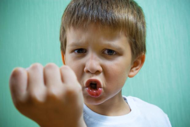 Na pewnych etapach rozwoju dziecka pojawienie się agresji jest czymś naturalnym, ale powinno się ją kontrolować.