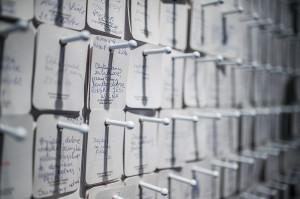 Zwiedzający pozostawiają karteczki z wpisami, z których nie wszystkie są uprzejme.