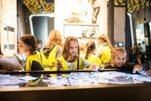 Multimedialne ekrany najbardziej interesują najmłodszych zwiedzających.