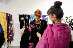 Pracownia Anny Skuczyńskiej Filcem Malowane zaproponowała między innymi kolekcję szali.