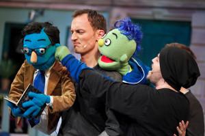 Wdzięczne muppety bawią, niekiedy wywołując kontrowersje, mając przy tym mnóstwo wdzięku dzięki aktorom Teatru Muzycznego. Na zdjęciu Maks animowany przez Mateusza Deskiewicza (po lewej) i Tomek prowadzony przez Artura Guzę.
