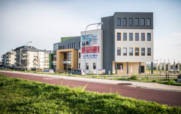 Morska Niepubliczna Szkoła Podstawowa funkcjonuje od września 2014 r. Budowa obiektu, w skład którego wchodzi również oddane w listopadzie 2013 r. przedszkole, jest wynikiem współpracy miasta z prywatnym inwestorem.