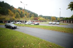 Przez istniejący parking zaplanowano drogę do nowych terenów zabudowy.