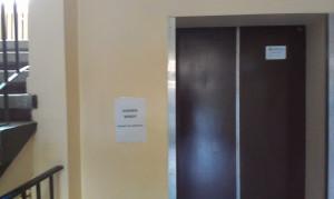Osobom z ograniczonymi możliwościami samodzielnego poruszania się raczej ciężko będzie wejść na trzecie piętro schodami....