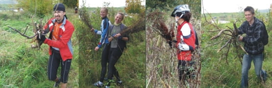 Podczas gdy dziewczyny zbierały kwiatki i inne trawy na wianki, mężczyźni zdobywali drewno na ognisko, by wszystkim było miło i przyjemnie.