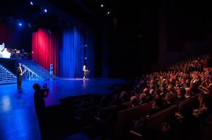 Zgromadzona publiczność szczelnie wypełniła widownię Teatru Muzycznego w Gdyni.